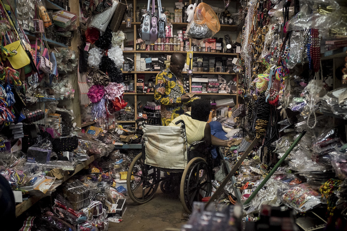 Adrienne Surprenant - Quand elle arrive à vendre son artisanat, Hélène retourne séquiper au marché de Mokolo, à Yaoundé. Elle y achète des perles, et du fil en coton, accompagnée de son mari. Celui-ci dit Je ne peux pas y aller tout seul. Cest elle qui connaît et je nachèterais pas la bonne qualité. Donc je la pousse, et je lattends.