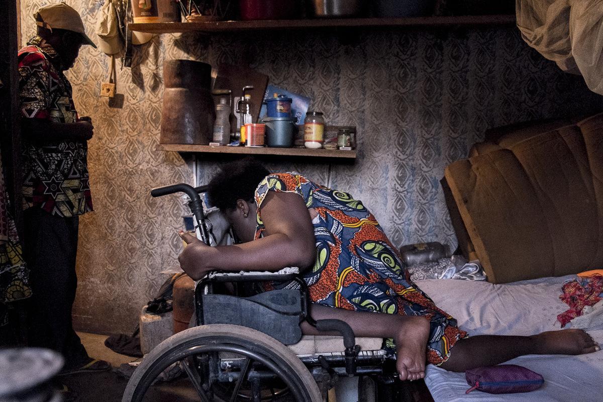 Adrienne Surprenant - vant, Hélène rampait pour se déplacer. Mais après deux grossesses, et avec lâge, elle ne peut plus supporter son propre poids. Elle a besoin quon lui apporte sa chaise roulante.