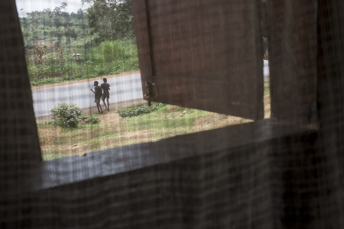 Adrienne Surprenant - Durant les vacances scolaires, le cousin dAnge vient de Douala à Ekoko 2, vivre avec Hélène et sa famille. Ensembles, ils font les quatre cents coups, dès quils peuvent entre le travail aux champs et le ménage de la maison. Hélène les voit par sa fenêtre.