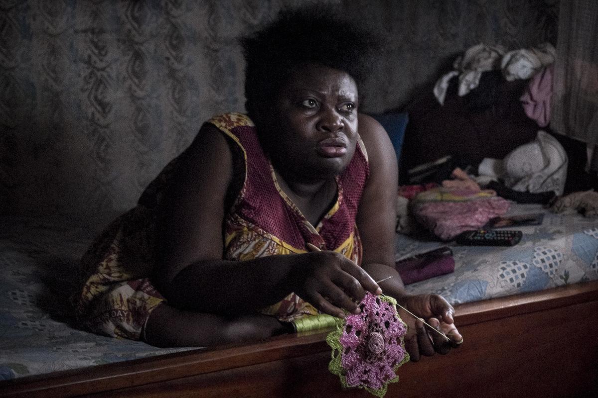 Adrienne Surprenant - Hélène brode une nappe, pour sa belle-mère. Je veux être comme tout le monde : payer mon loyer, ma nourriture, quon ne me voit pas comme malhonnête.