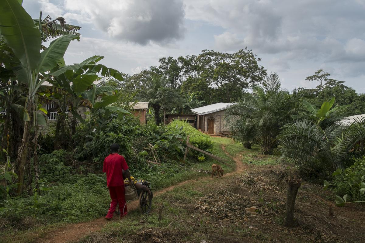 Adrienne Surprenant - Hélène se rend à une maison voisine de chez-elle. Ce ne sont pas toutes les maisons des environs qui lui sont accessibles. Elle habite à Ekoko 2, village situé à trente minutes de voiture de la capitale Yaoundé.