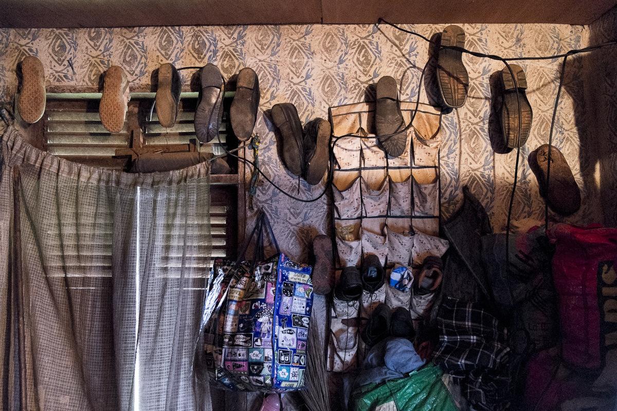 Adrienne Surprenant - Dans la petite pièce où Hélène, Simon et Ange vivent, tous leurs biens sont cordés, bien rangés le long des murs. Comme la salle est petite, Hélène peut utiliser un long bâton quelle garde près de son lit pour tirer certains objets vers elle. Maman ma formé : ce nest pas parce que je suis infirme que je ne peux pas faire seule. Je ne peux pas toujours compter sur les gens.